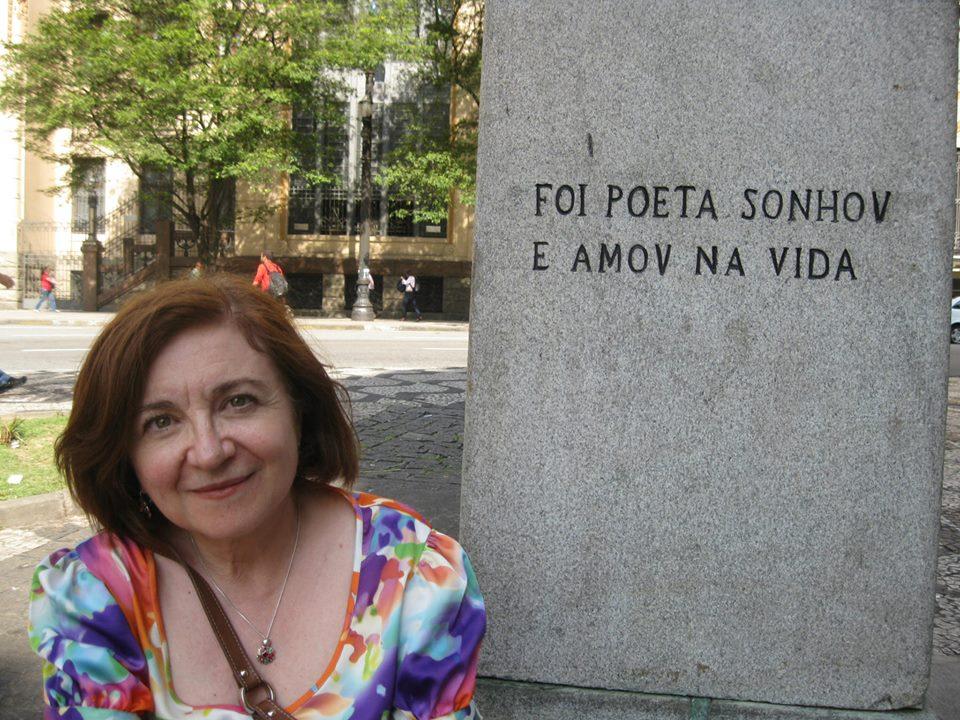 Maria Rosa Lojo posando en monumento con la leyenda,